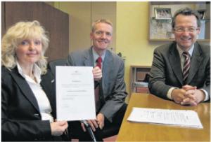 Es ist geschafft! Stifterin Barbara Schenk-Zitsch und die Stiftungsbeiräte Rufer und Höfer mit der Urkunde über die Anerkennung durch das Regierungspräsidium.