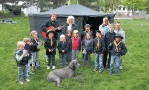 Dr. Barbara Schenk-Zitsch (hinten, Mitte) gründete im Februar des vergangenen Jahres ihre Stiftung zur Unterstützung von Kinder- und Jugendprojekten. Jetzt kam es zur ersten konkreten Förderung - für die Pfadfinder.