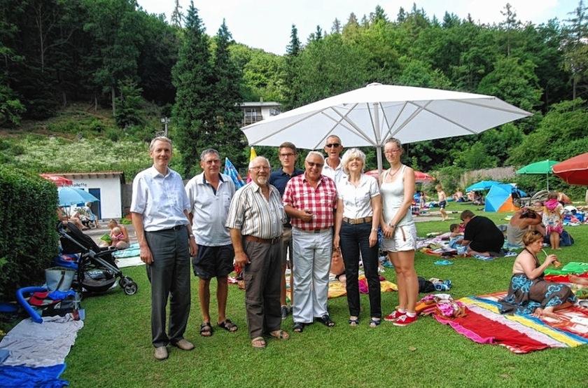 IEWS-Vorstand und Stifterin freuen sich über den neuen Schirm.