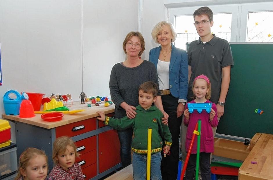 Spendenübergabe: Dr. Barbara Schenk-Zitsch (Mitte) und Sohn Julian Zitsch bei der Übergabe der Werkbank im Kindergarten Wolkenschloss.