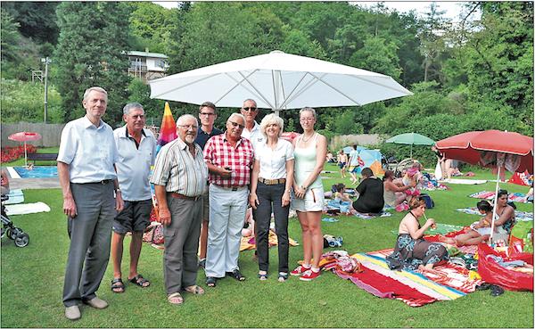 Spender und IEWS Vertreter gestern bei der Übergabe des Schirms